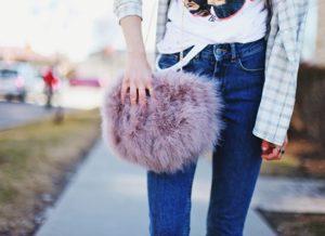 С чем носить меховые сумки